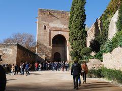 アルハンブラ宮殿へ 裁きの門から入場。中でチケット点検があります。実はフリーで入れるスペースもあるので、皆さん写真を撮ったりして大賑わい。