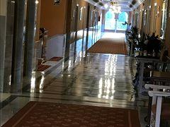 アルハンブラパレスホテルの廊下。重厚で素晴らしい。