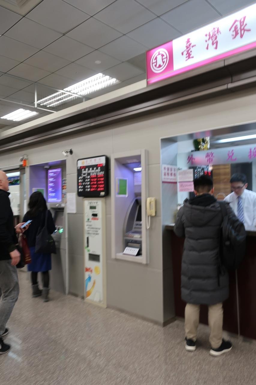定刻通り台北松山空港に到着。 まずは現金調達です。 最近はATMキャッシング一択です。
