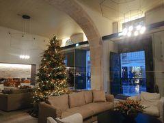 今回宿泊する PortoBay Flores に到着。  ロビーにはクリスマスツリーが飾られていました。