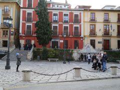 広場で写真撮影する人たちを横からパチリ。