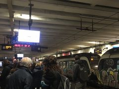 ヴェスヴィアーナ周遊鉄道のナポリ中央駅です。地下鉄もこの電車も車両は落書き満載です。カンパニアアルテカードで私鉄も乗れます。