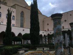 午後は16時半からのサンタ・キアラ教会に16時過ぎに来てみると、中庭や回廊はお昼休みがなく開いていました。(それならもっと明るいうちに来ればよかった)