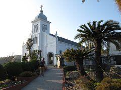 【大江天主堂】 天草ロザリオ館からすぐ。丘を上ったところにあります。 先ほど訪れた崎津教会が海の天主堂と呼ばれるのに対して、山の天主堂と呼ばれています。  現在の大江教会は、昭和8年(1933年)に完成しました。キリスト教解禁後、フランス人宣教師ガルニエ神父が私財を投じ、地元信者と協力して建立したロマネスク建築です。