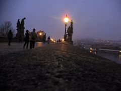 10月下旬はまだサマータイムということもあり、プラハは朝7時過ぎでもかなり暗い。朝食は7:30から。朝食前のお散歩でカレル橋までやって来た。プラハ城は霧に包まれている。