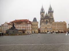 2つの鐘楼があるのがティーン教会。その左隣が石の鐘の家。歩いてプラハ城を目指す。