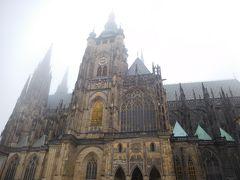 霧に包まれる聖ヴィート大聖堂。
