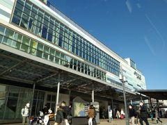 土曜日の午後、ということでさすがに観光客が多く、バスも時間通りに来ません。 乗ったら15分くらいで熱海駅に到着。 近代的な駅舎になったのですね。