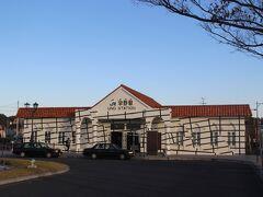 駅舎もきれいだけど、小さな駅舎。 往年の宇野駅の面影もありません。