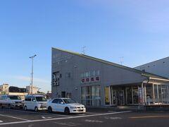 宇野駅から宇高航路のフェリーターミナルへ。 小豆島や直島行のターミナルの隣にあります。  待合室には年配のお客さんがたくさん待っていました。