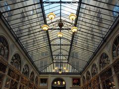 おそるおそる入っていくと…  内部は途中まできれいになっていました。 このあたりの天井は明るくよみがえっています♪
