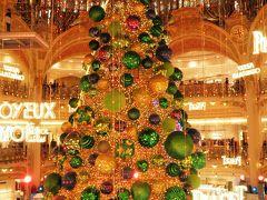 吹き抜けの大ホールにぶら下がる 巨大なクリスマスツリー。 そのデザインや色は毎冬注目の的です。