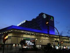 夜のマラガ駅、バルセロ・マラガのネオンも。