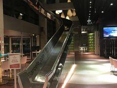 バルで旅の余韻を感じながら、ホテルへ。 バルセロ・マラガのロビー。 吹き抜けに滑り台があるなんて、ほんと遊び心がありますよね。