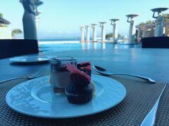 The Muliaのプールを眺めながらアフタヌーンティーだなんて贅沢… チョコレート菓子が甘すぎず本当に美味しいんです