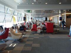 ターミナル4Sのイベリア航空ラウンジへ。 赤を基調としたオシャレなインテリアです。