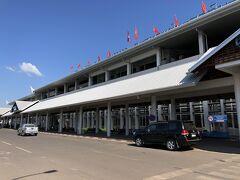 翌日。タイへ向かうためにワットタイ国際空港へ。 ビエンチャンってほとんどタクシーが走ってない為 空港まではホテルから有料送迎で行きました。 空港からのタクシー代より若干安い85,000キープ(¥1,080)でした。 この国は他の東南アジアの国に比べタクシーとトゥクトゥクが突出して高いですね。なので近場は歩き、ちょっと遠くはレンタサイクルをお勧めします。