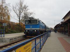 単線をゆっくりと・・約1時間でチェスケー・クルムロフ駅、11時10分。