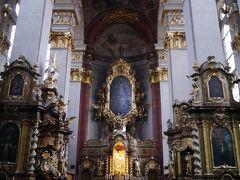 Kostel svatého Jiljí ここでも教会コンサートのチケットを売ってた。 今日のチケットはもう買ったと伝えると、明日のチケットを今買えば学生料金にしてあげるって。必死だな。 チェコは「全世界で最も宗教人口の少ない国家の一つ」らしい。 プラハの教会を、「ミサなんてやってないでしょ。あそこは教会風コンサートホール」って言う人も。