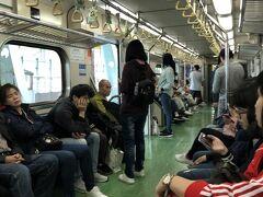 1時間後に目的地へ向かう電車に乗りました。 周りはフィリピン人の観光客。他の車両には日本人もチラホラ。 皆猫村に行くんでしょうか?