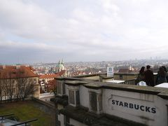 プラハ城前の景色のいいスタバ。