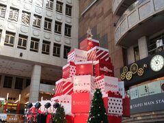 いつも床に座る人たちがたくさんの台北駅ですが、今日はクリスマスのオブジェが飾られていました。