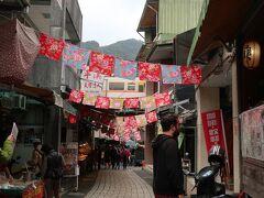 平渓の街は十分よりは小さいですが、観光客で賑わっています。