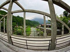 【ブラジルくんだりからとうとう来ちゃった妻籠宿(つまごじゅく)】  この川の名前は「蘭川(あららぎかわ)」  そこに架かるこの橋は「尾又橋」と呼ぶそうです。