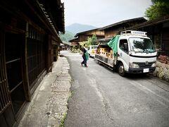 【ブラジルくんだりからとうとう来ちゃった妻籠宿(つまごじゅく)】  おっ!...大きなトラックが停まっています。