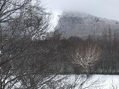 朝の奥志賀高原の外気温はマイナス13度。 正面に白くみえるのがメインバーンですが 雪不足で今日は滑れません。