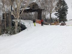 一部滑走可能の焼額山ゲレンデ。  遅いのが難点のペアリフト。 今日のリフトはめっちゃ寒いそうです。
