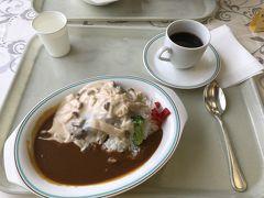 運転があるから自重してコーヒー。  長野県産きのこ入りホワイトソース ハンバーグ On カレーライスですって! 二人共同じメニューなのね。 仲良く楽しんでいるようです(笑