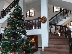 例によって車のピックアップが入れないので、 ツアーの指定はビンフンⅡシティーホテル ロビーはクリスマスツリーがど~んと