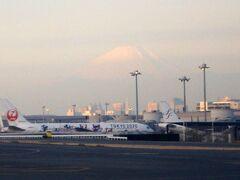 07:00羽田空港発ANA013便で伊丹空港に向かいます。 羽田空港からも冠雪した富士山が見られました。