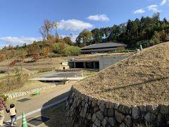 キトラ古墳は、国が展示と説明施設を作って、辺り一帯を公園にしていました。