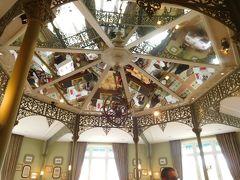 案内されたお席は3つあるうちの一番左のお部屋。  天井は鏡張りになっていました。