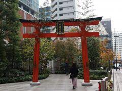 日本橋再開発で中心的な福徳神社。周囲に立ち並ぶ高層ビルとは違った憩いの空間。
