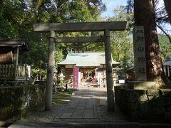 では、駅に送ってもらう前に少し周辺の散策といきましょう。 射山神社は、神湯館すぐそばにある歴史ある神社。