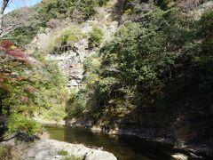 貝石山は、榊原温泉の市街脇を流れる榊原川の向かい側にそびえる山。