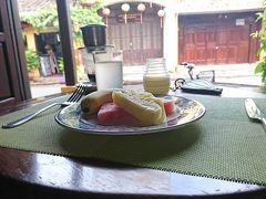 3日目 曇り時々晴れ  朝ごはん お決まりのようにいつもの席  ベトナムコーヒーをいれていただいて レモンジュース カスタードプリン(これ美味しい?)フルーツ