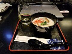 朝8時に羽田空港に行き全日空のラウンジで朝食。大混雑でヌードバーのおばさんが半分キレていました。ずいぶん待っていただきました。
