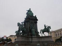 こちらが中央のマリア・テレジア像。 中央は当然マリア・テレジアだけど実はこの像、台座にはこの時代の著名人が彫刻されている。