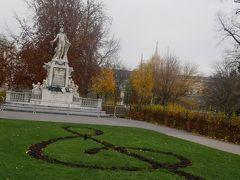 その横のブルク公園へ。 ここはモーツァルト像が有名! 季節が良ければこの地面のト音記号がお花になっているんだけどさすがにこの時期は花がなくト音記号が土のみ。