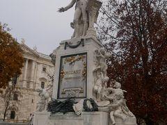 こちらが有名なモーツァルト像。 こんなお天気でもここは観光客が次から次へとやってきて記念写真を撮っていく。 もちろん私たちも。