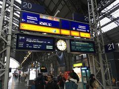 <フランクフルト中央駅>8:58  駅で朝食のベーグルを買ってホームへ。  グーグル検索すると 21番線RE2コブレンツ行き9:08発で リューデスハイムまで約1時間20分。  ヘッセンチケットは9時以降使用可能。 ちょうどいい時間です♪  そして電車は9:08に発車しました!
