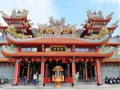 お店がぎっしりと並んでいる細い通りを抜け、坂の上まで行き、そして左に行くと、色鮮やかな建物が見えてきました。『聖明宮』です。ここもお寺ではなく廟ですね。  九份の信仰の中心地であり、商売繁盛の神として祀られているのが三国志の関羽なんだそうです。