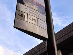 リアルタイムでは皆様メリークリスマス(イブ)    無事ロンドンに到着し、無事全員入国する事ができました! ってな事で早速バスに乗りましょう。  ちなみにロンドンのバス停はこのロゴが目印。 白地に赤マークはバスが必ず停車するバス停。 赤字に白マークはバスに手を上げないと停車してくれないバス停。