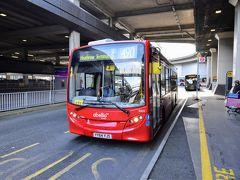 お、バスがやってきました。 ロンドン交通局のバスと言えば真っ赤な2階建てバス…2階建てバス…おやぁ?Σ(゚□゚)