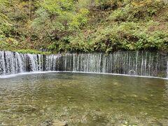 軽井沢で唯一の観光地という白糸の滝にも行ってみました。那智の滝スタイルじゃなくて、ナイアガラ風。