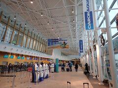 ケベックシティの空港はこじんまりしていてキレイです。 ニューヨークまでは、カナダ系の航空会社を使うとトロントやモントリオールなどの経由便になって乗換必須。 直行便で行けるユナイテッド航空にお世話になります。